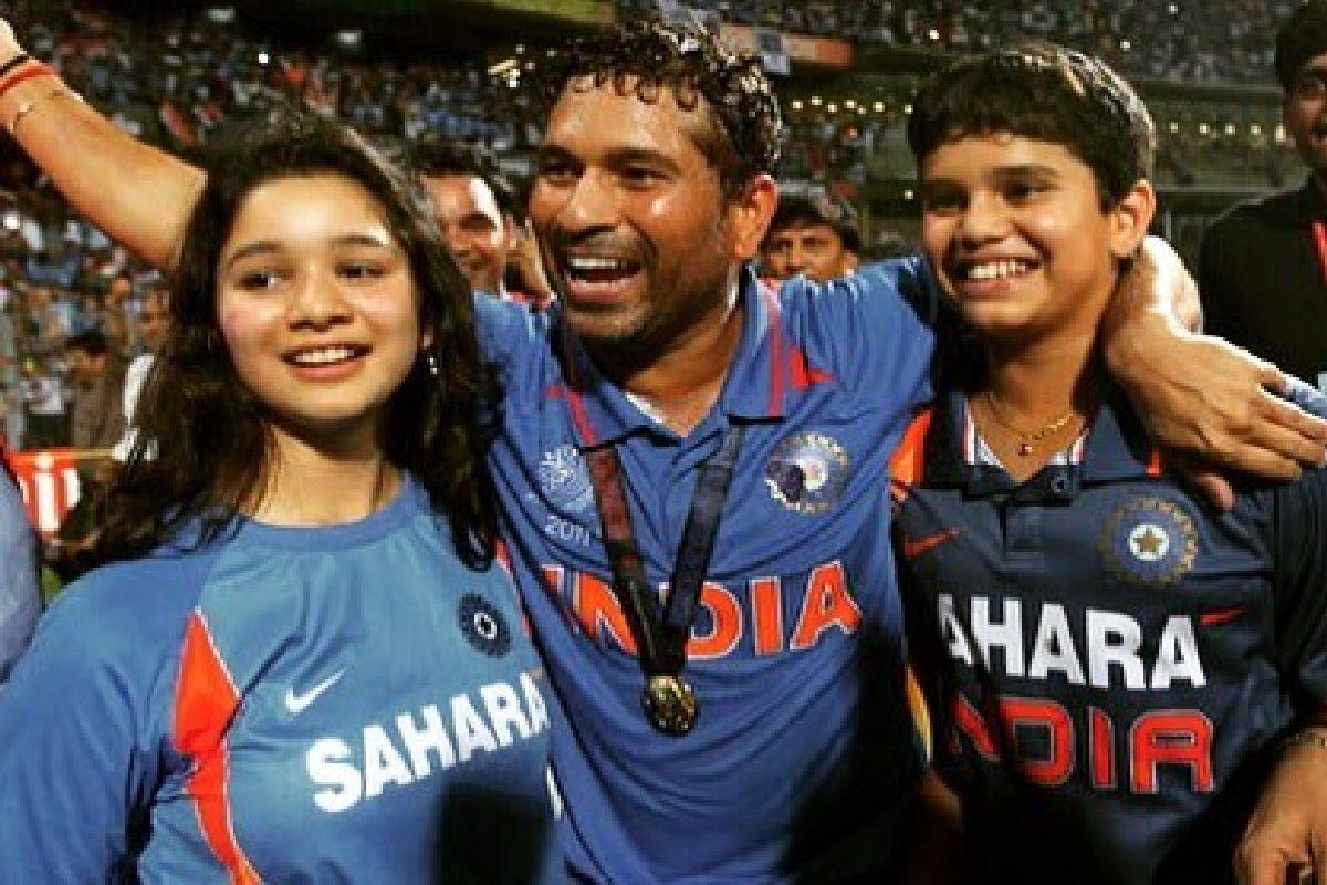 Sachin Tendulkar (C) with daughter Sara (L) and son Arjun (R). (Photo: Instagram/@sachintendulkar)