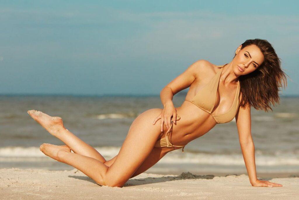 Ex WWE Star Peyton Royce Posts One-Armed Pushup Bikini Photo 1